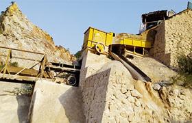 重庆时产300吨石灰石方箱式重锤破碎石料生产现场